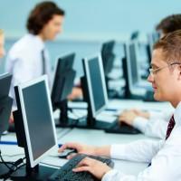 Trabalha o dia inteiro no computador? Veja 4 dicas para proteger os olhos