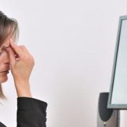 Especialistas alertam sobre o perigo de passar horas em frente às telas do computador, smartphone e tablet